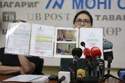 2021 оны зурагдугаар сарын 7.Хүний амь бүрэлгэсэн хилс хэрэгт 20 жил хорих ял шийтгүүлсэн хүүгийн ээж Б.Эрдэнэчимэг хэргийг дахин шалгуулах хүсэлт гаргаж Монгол Улсын ерөнхий прокурорт хандаж буй талаараа мэдээлэл хийлээ.ГЭРЭЛ ЗУРГИЙГ Г.САНЖААНОРОВ/MPA