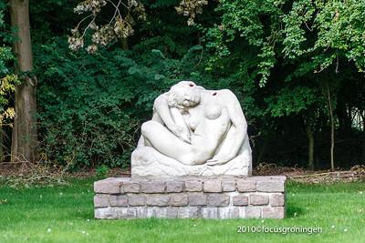 nederland 2010, groningen, iepenlaan, selwerderhof, liggende vrouw