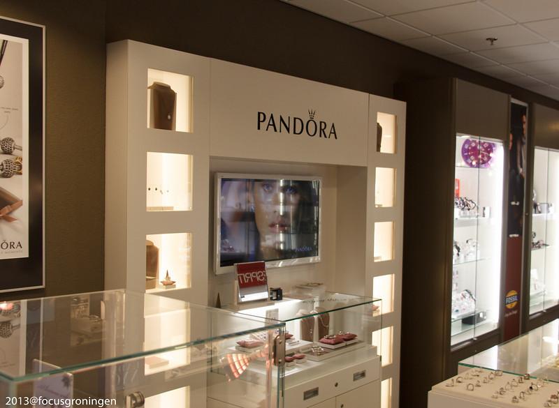 nederland 2013, groningen, paddepoel, winkelcentrum, kiestra juweliers, dierenriemstraat