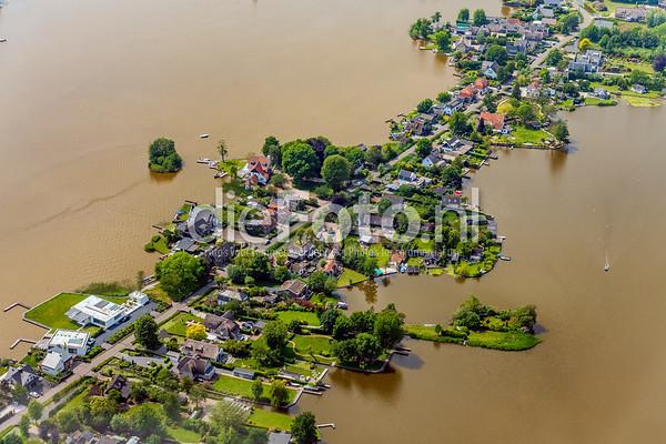 Huisjes aan de dijk omringd met water