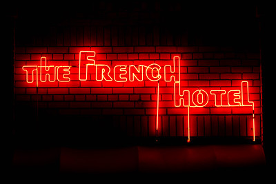 us-ca-berkeley-neon-gone-restaurant-cafe-cafeteria-diner-french-hotel-1538-shattuck-neon-glowing-night-02