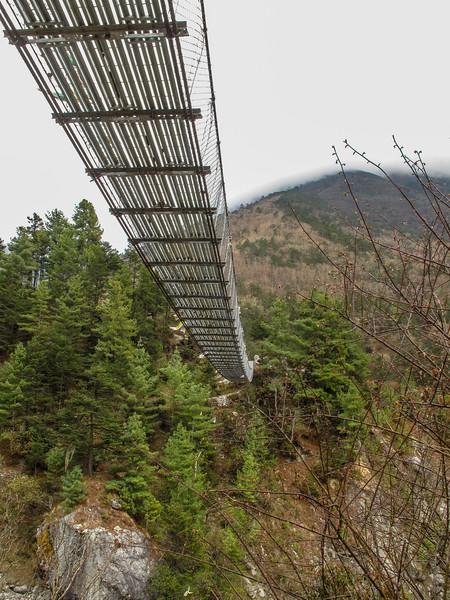 de hangbrug van Phunki (3240m)