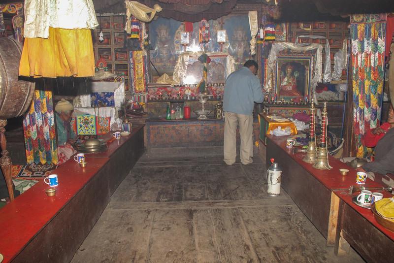 Offer brengen in het klooster van Pangboche (4000m)