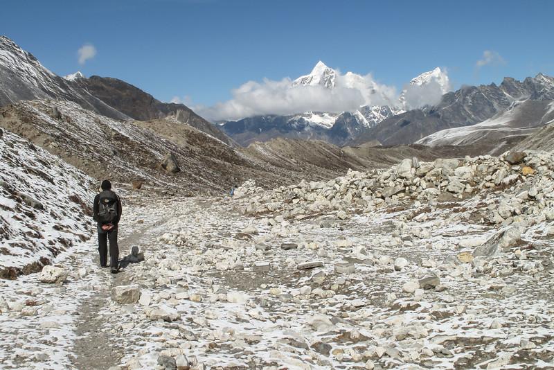 Paul met Pokaldo (5806m) en Kongma Tse (5820m)