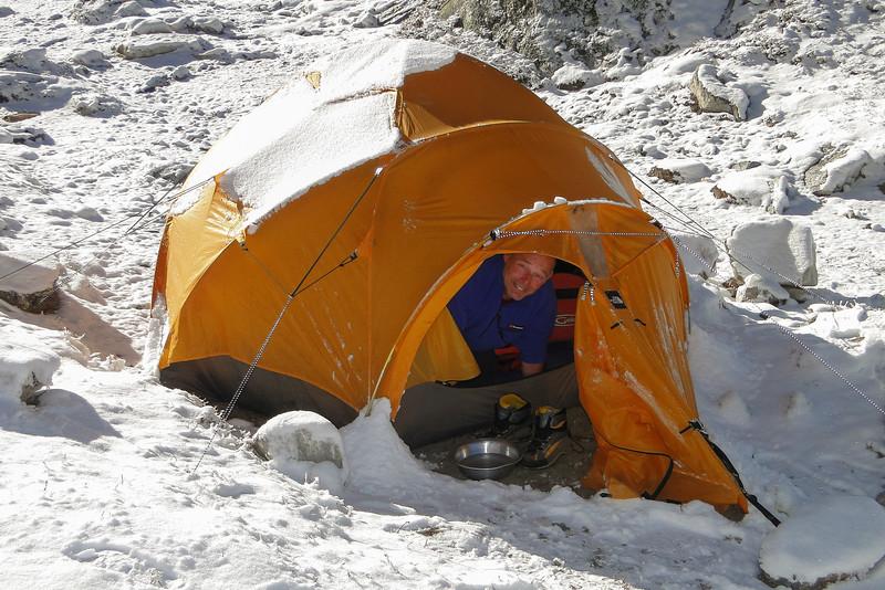 's Ochtends sneeuw op de tent