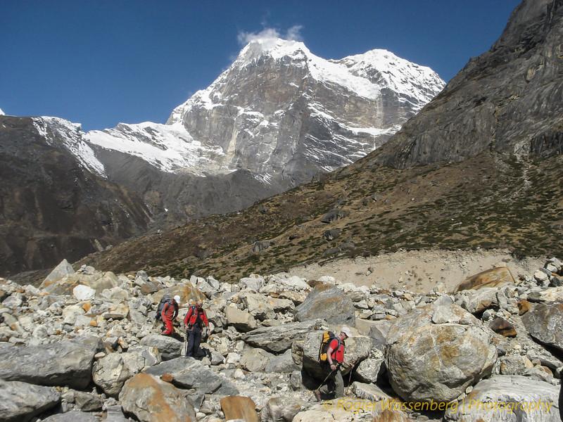 op weg naar Khare,  top zonder naam (6215m)