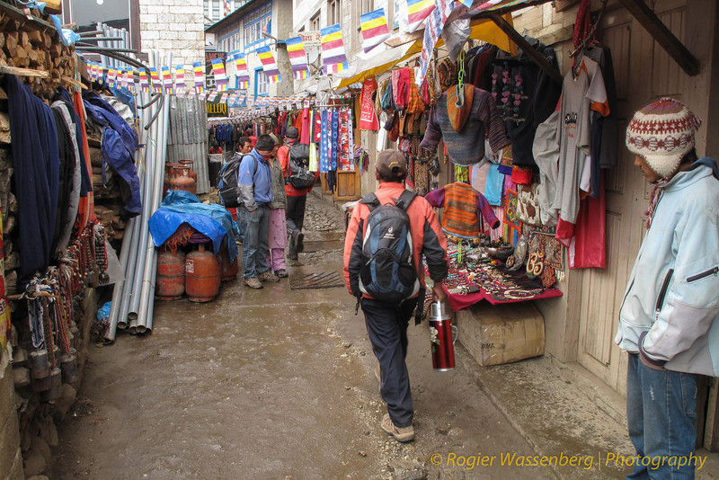 winkelstraat in Namche Bazar<br /> shopping street in Namche Bazar