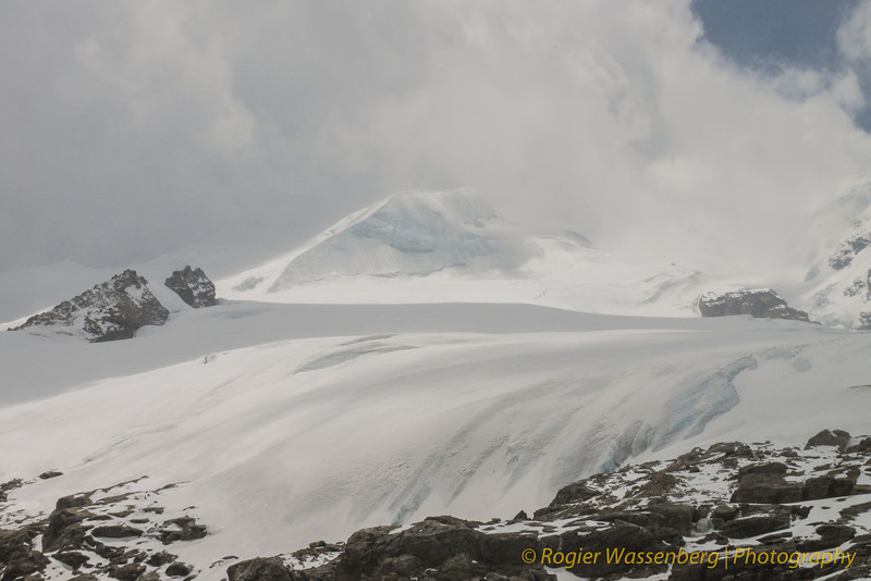 rots van High Camp. Mera Peak in de mist.