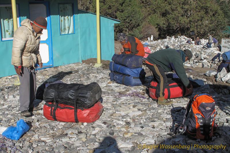 onze dragers maken zich klaar<br /> our porters getting ready