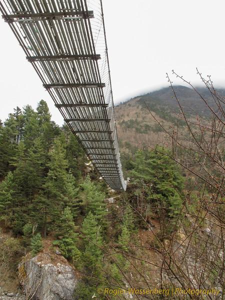 de hangbrug van Phunki (3240m)<br /> suspension bridge of Phunki (3240m)