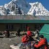 in Chhukung (4730m) met zuidflank van Ama Dablam (6812m)
