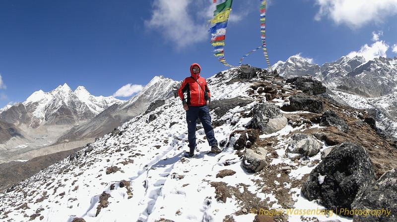 Rogier op de top. In de achtergrond naamloze bergen (6100 - 6400m)