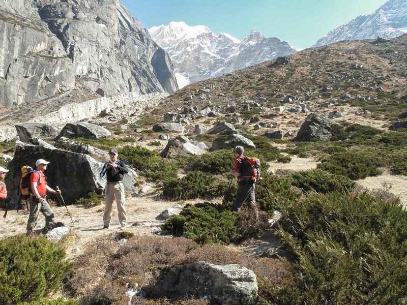 Van Tangnag naar Khare, in de achtergrond top zonder naam (6439m)