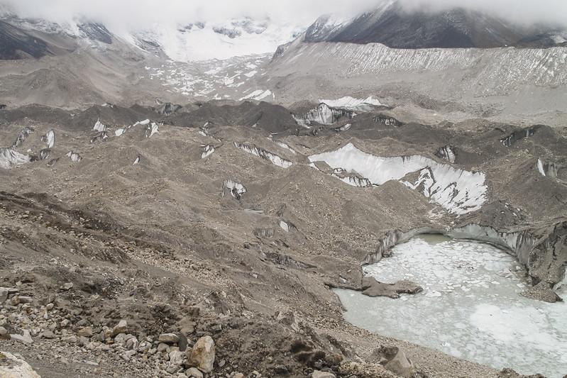de Lhotse Shar gletsjer eindigt in het meer Imja Tsho