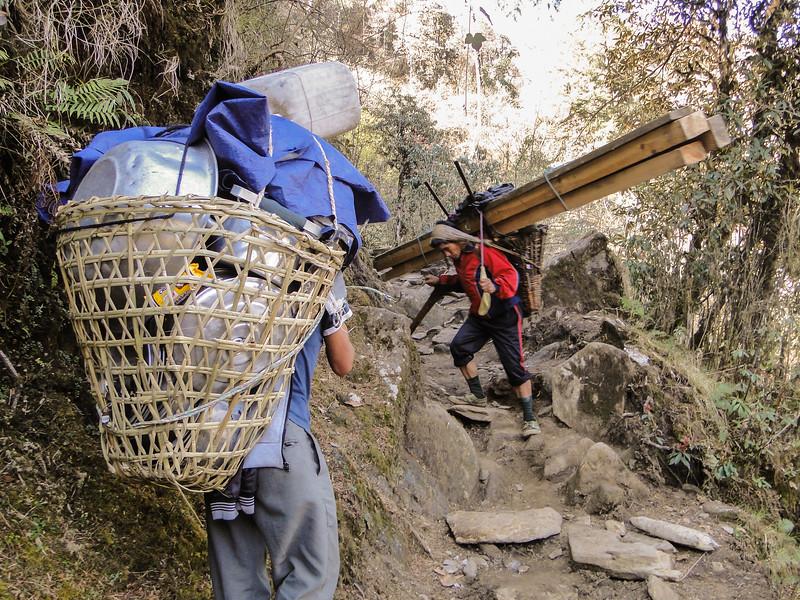 houttransport door dragers, Puyan 2725m-Pangkongma 2850m