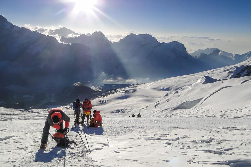 onderweg naar de Mera Peak top, vroeg nog . . . en koud !!!