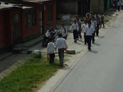 Dzieciaki wracaja ze szkoly