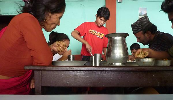 W przydrożnej restauracji - nepalczycy jedzą rekami