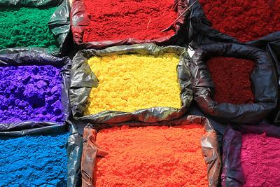 To juz farby w Besisahar sprzedawane w przyulicznym kramie