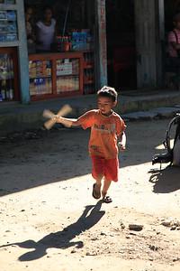 Dzieciaki z helikopterem - jak widac platy kukurydzy i patyk wystarczy na super zabwke