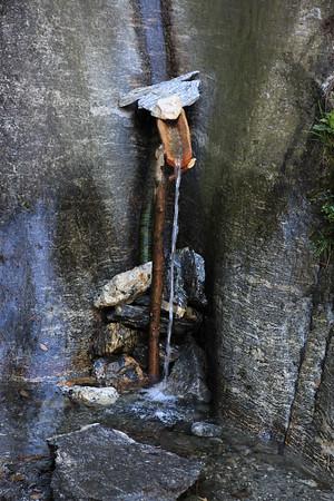 Jak tu napic sie wody cieknącej po skale?