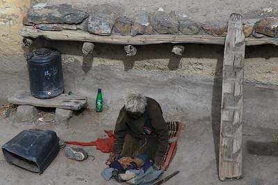 Foty z przystanku - obok modlącej sie Tybetanki ichnia drabina
