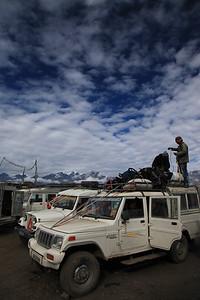 Pakowanie Jeepow na przystanku