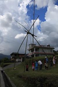 Bambusowa huśtawka, jakich wiele w Nepalu - Marta bujała sie na takiej, jest niebotycznie wysoka