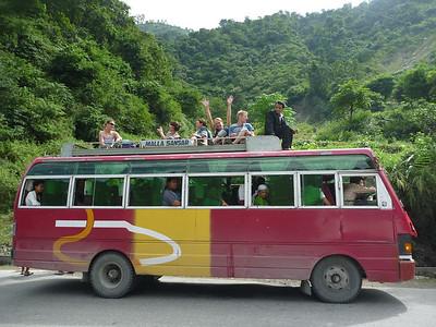 Ekipa raftingowa jedzie do Chitwan