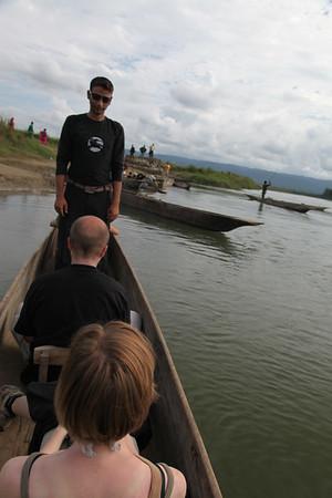 Wyruszamy na spływ kanu - z przodu nasz przewodnik