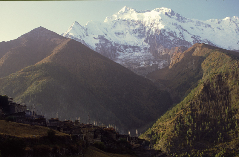 911008, day 7. Upper Pisang-Manang<br /> Leaving the majestic view of Annapurna II.
