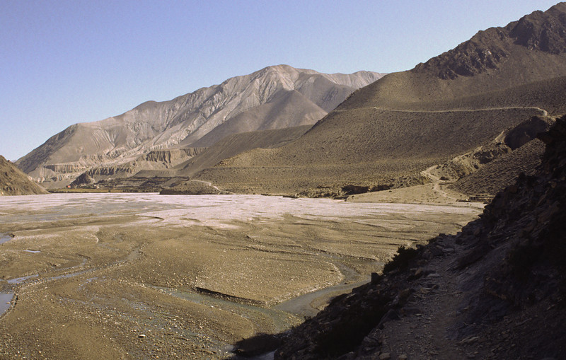 Walking along the riverbed of Kali Gandaki.