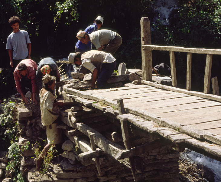 Crossing the bridge to Ghasa.