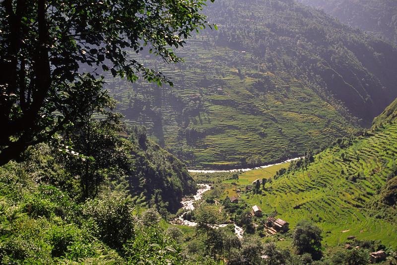 931012, day 4. Bhandar-Sete<br /> From Bhandar at 2200 m we descend to Likhu khola at 1555 m.