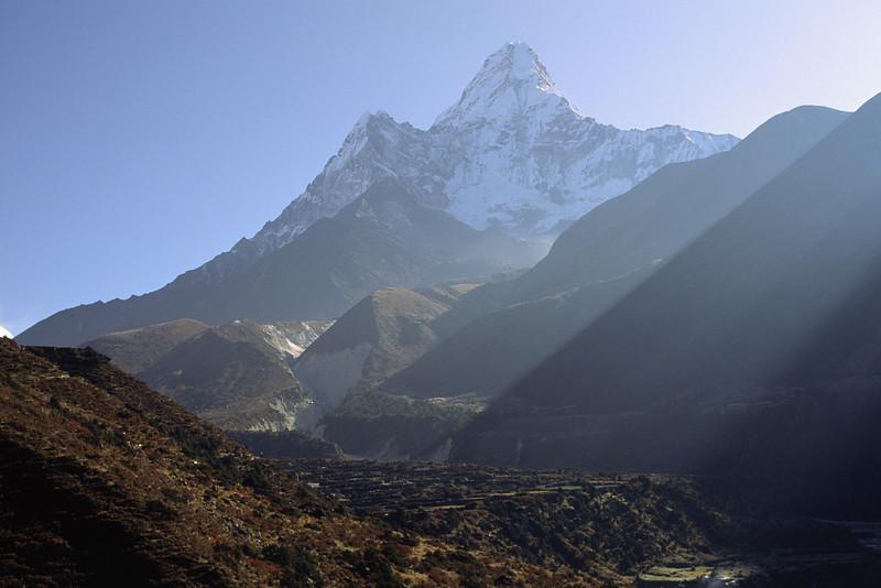931023, day 15. Tengboche-Dingboche<br /> The walk is now easier, not so much ups and downs, but the air is getting thinner. Leaving Tengboche we arrive to Dingboche, 4350 m. The green colors are fading away, giving place to brown.