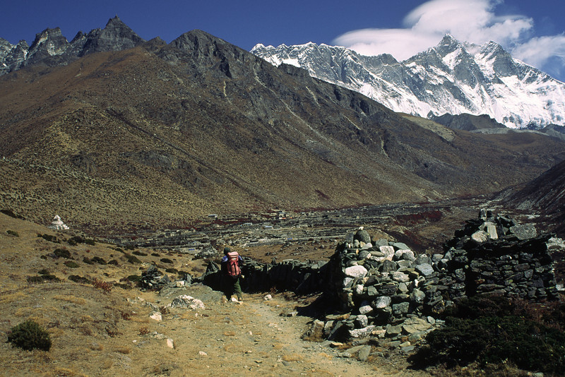 The smaöö village Dingboche at 4350 m can be seen in the distance.