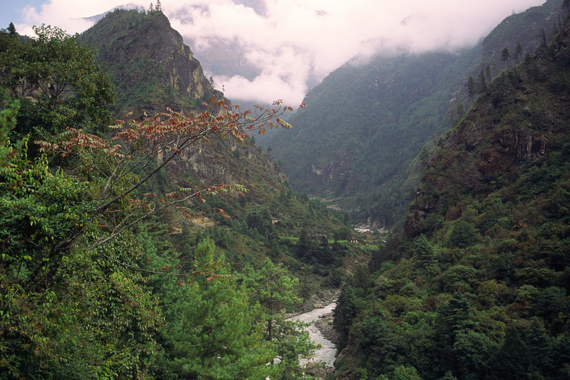 931018, day 10. Lukla-Jorsale<br /> From Lukla at 2850 m we have a nice walk to Jorsale, 2800 m.