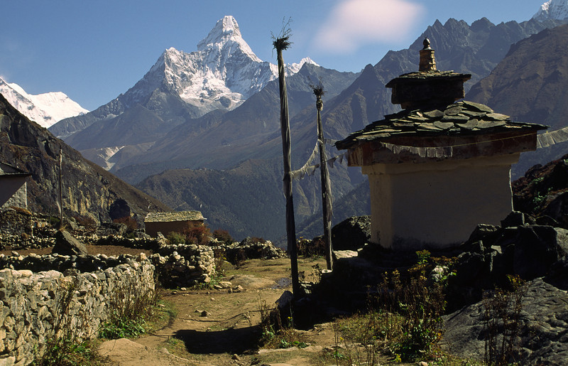 We start our descent from Khumjung at 3800 m to Phunki Tenga at the river, 3250 m. Crossing the river we have to ascend to the big monastery of Tengboche, 3900 m.