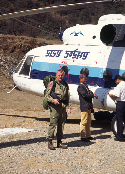 960223, day 1. Kathmandu-Phakding<br /> We boarded an old russian helicopter belonging to Everest Air in Kathmandu and arrived in Lukla. Back pack 15 kg.