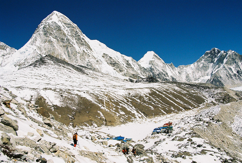 Descending to Gorak Shep, Kala Patthar (black area, 5545m) and Pumo Ri (7165m) above
