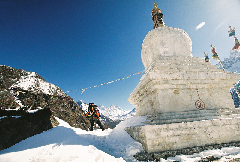 Stupa between Namche Bazar and Kyungjuma
