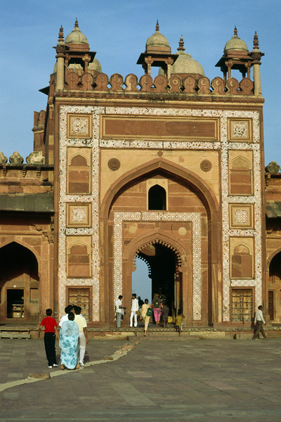 Not far from Agra lies Fatepur sikri
