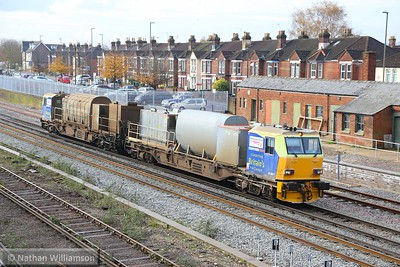 DR98977 heads north into Eastleigh Station  19/11/14