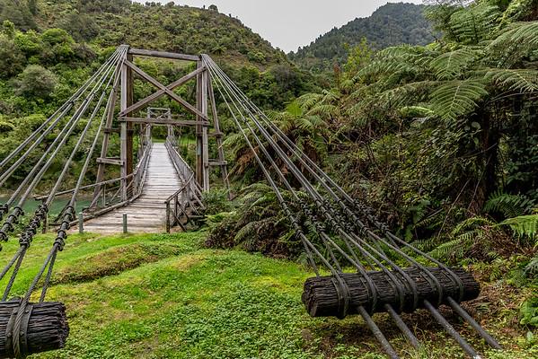 «The Tauranga Bridge»: die erste wurde 1918 weggeschwemmt, die zweite 1922 neu gebaut und ist seit der Restauration von 1995 wieder begehbar