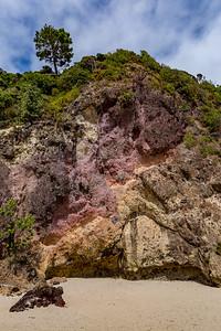Farbenfrohe Steinformation an der New Chums Beach