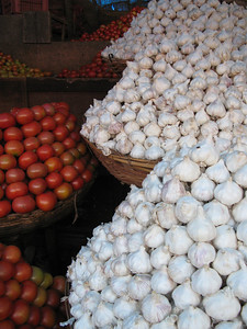 market - tomatoes & garlic