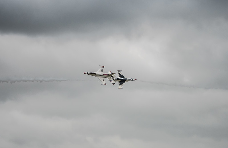 The United States Air Force Thunderbirds -  F16 Fighting Falcons   -  OPPOSING KNIFE EDGE PASS