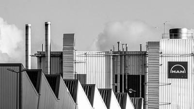 Lignes horizontales, verticales et obliques de la société MAN à Saint Nazaire.  (Horizontal, vertical and oblique lines of the MAN company in Saint Nazaire.)