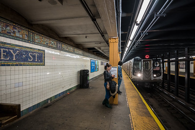 L train pulling into Halsey St station