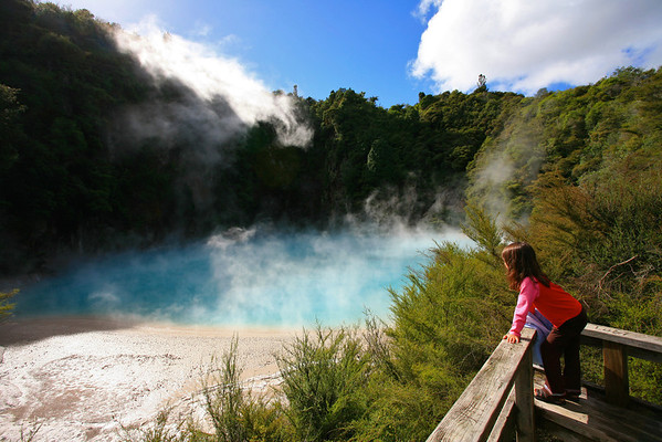 Little girl viewing Inferno Crater, Waimangu Volcanic Valley near Rotorua (M/R)